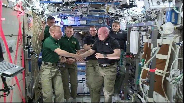 Фото на память экипажа МКС.