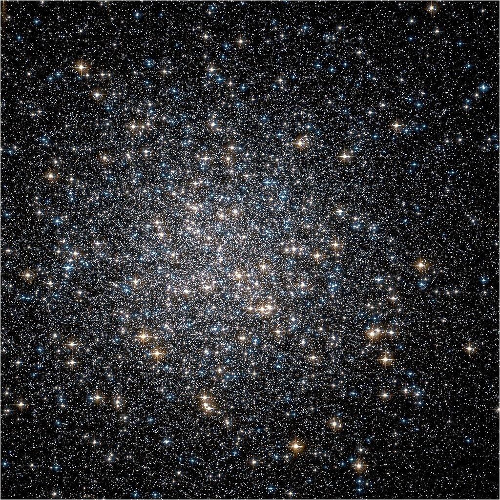 Шаровое скопление M 13 (также известное как NGC 6205) расположено в созвездии Геркулеса.