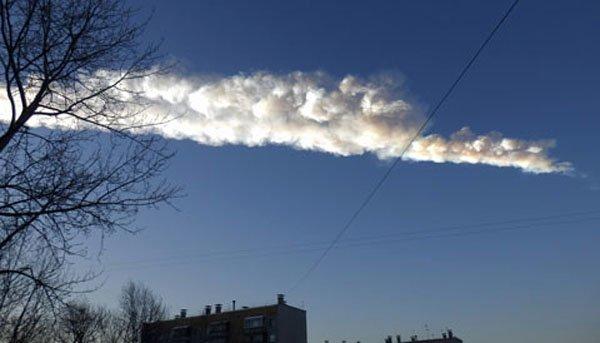 15 февраля метеороид взорвался над Россией, создав этот след над Челябинском и несколькими другими городами. Объект взорвался за пару минут до того, как эта фотография была сделана.